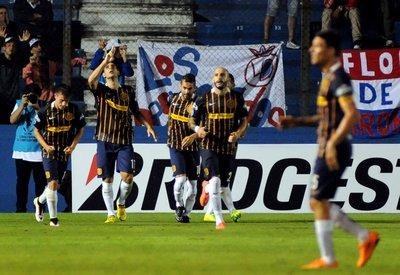 Rosario avanza, arrebata el liderato a Nacional y frustra al Palmeiras