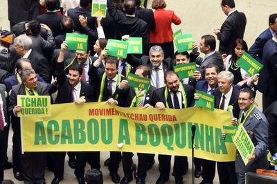 Dilma dice ser víctima de una farsa política