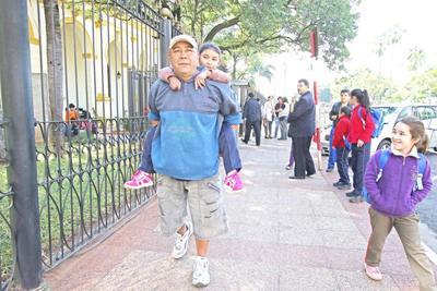 La historia de un papá que carga con los sueños de su hija