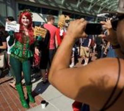 """Stone y """"Snowden"""" se cuelan entre los superhéroes de la Comic-Con"""