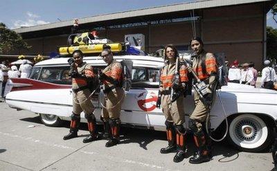Desfile de autos antiguos en Medellín