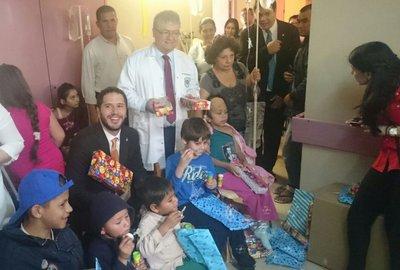 Pacientes del Hospital de Itauguá recibieron regalos