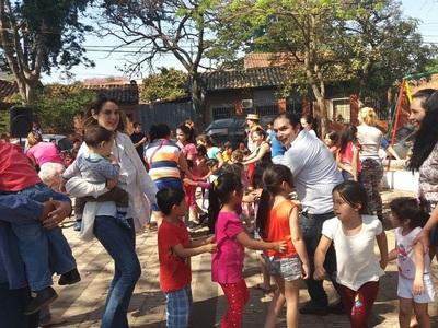 Festejan día del niño en mercado 4