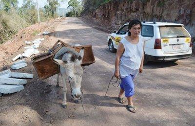 Mujeres realizan el duro trabajo de construir empedrado en Ybytymí