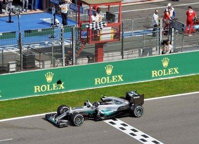 Rosberg gana y Hamilton queda tercero