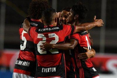 Flamengo remonta y sigue