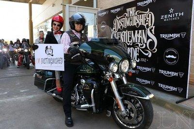 Elegantes en sus motos fomentan la conciencia