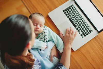 Criar un bebé y no abandonar la profesión dejó de ser imposible