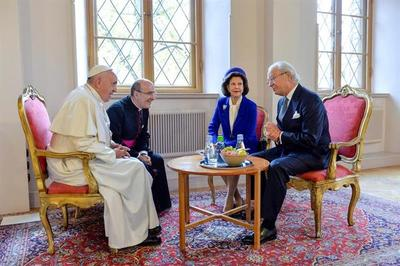 Francisco se reunió durante 20 minutos con los reyes de Suecia