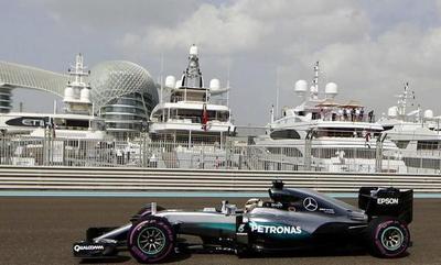 La última carrera: Hamilton domina los primeros ensayos