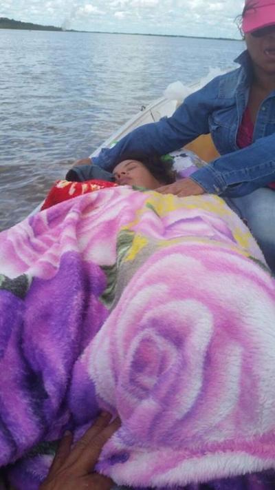 Mellizos nacen en una lancha en aguas del río Paraguay