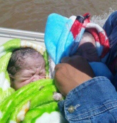 Mellizos nacieron en una lancha en el río Paraguay