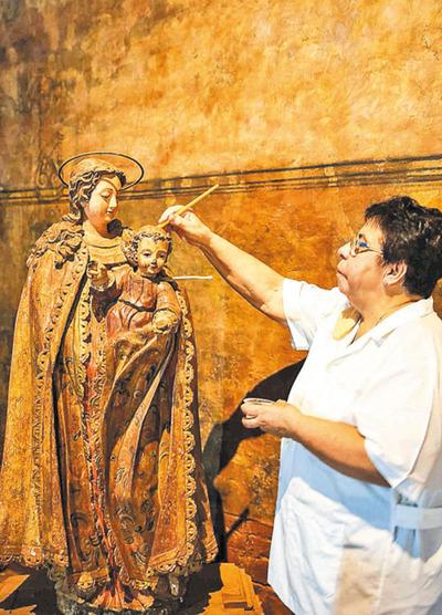 Restauras piezas jesuíticas que son reliquias