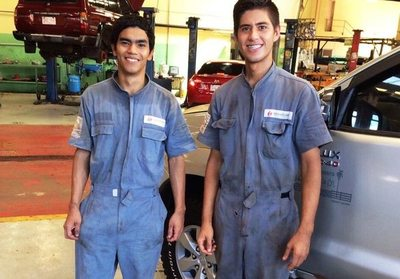 Empresa sumó a dos jóvenes mecánicos