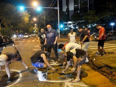 """""""No tenemos de otra"""": asuncenos señalizan los baches de la ciudad"""