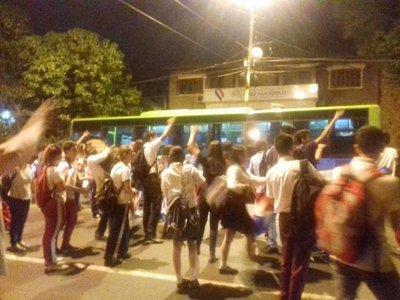 Estudiantes se suman a protestas y fueron a Mburuvicha Róga