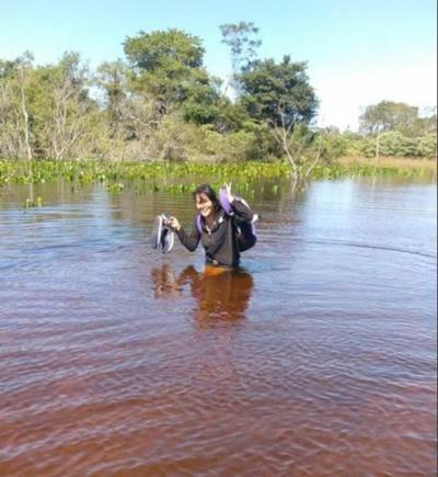 Cumplió sus 9 años cruzando zona inundada para ir a la escuela