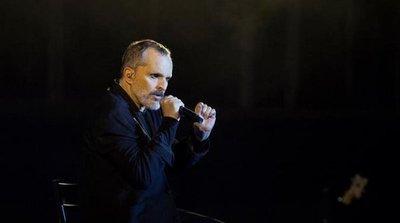 Miguel Bosé critica un mundo con muros en su concierto