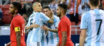 Argentina metió dos defensores y seis goles frente a Singapur