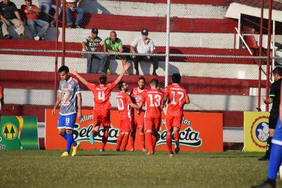 Colegiales con buen fútbol y goles avanza como líder de Primera B