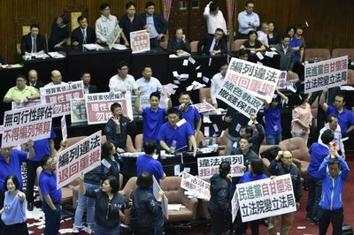 Vuelan sillas y globos de agua en Parlamento taiwanés