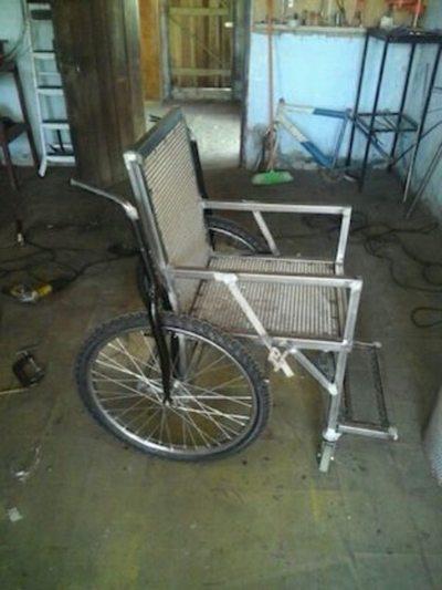 Herrero fabrica sillas de ruedas más económicas