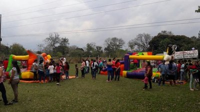 Artesanas agasajan a niños en Misiones