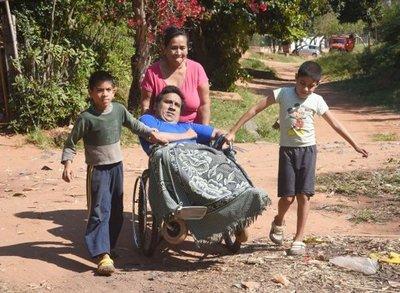 Sixto, el joven de Ypané que no puede acceder al ómnibus inclusivo