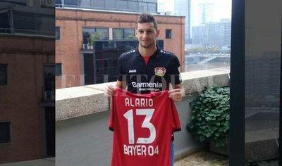 Alario posa con la camiseta del Leverkusen pero River acudirá a la FIFA