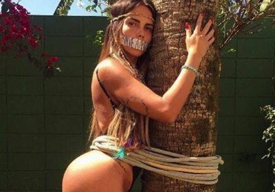 Miss BumBum: protestan atadas a árboles