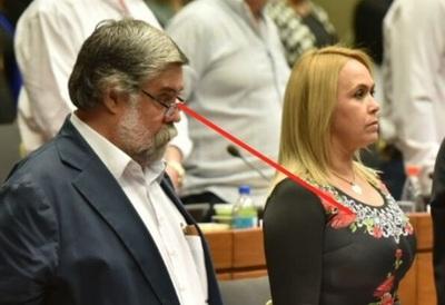 Senadora amenaza a gomero por pasacalles