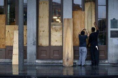 Huracán Nate se debilita tras tocar tierra en EEUU