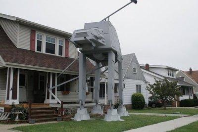 Aficionado de Star Wars replica un transporte acorazado en su jardín