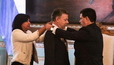 Santos fue condecorado con la Orden Nacional del Mérito