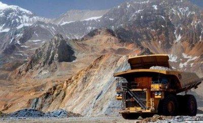 Dos mineros atrapados en derrumbe en mina están vivos
