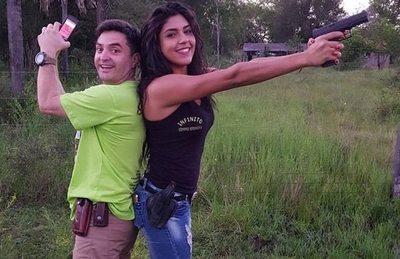 Maxi le enseña a manejar armas