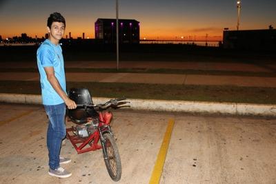 Joven fabricó triciclo motorizado y ahora representará a Paraguay