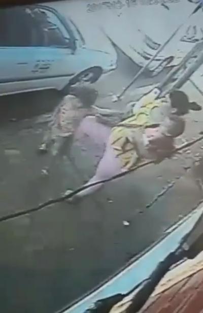 VIDEO: Pateó a su hijo y lo dejó tirado en la calle