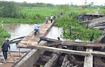 Colonos utilizan peligroso paso flotante por la falta de puente