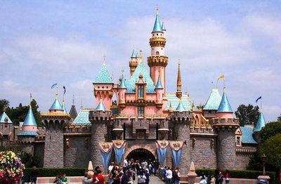Gente atrapada en los juegos tras corte de luz en Disneyland Resort