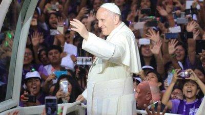 Miles de personas aguardan misa de Papa en Lima