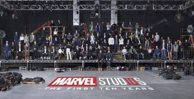 """La gran """"foto familiar"""" de los actores y cineastas de Marvel en su 10º aniversario"""