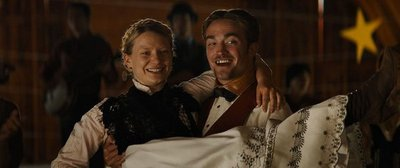 Pattinson distrae en la Berlinale con irónico western de torpezas masculinas