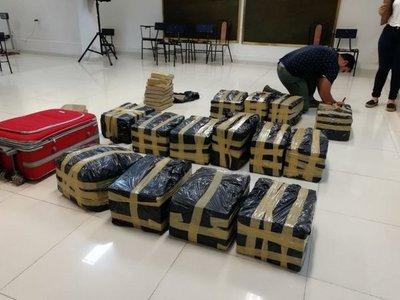 Funcionario fiscal transportaba 417 kilos de marihuana