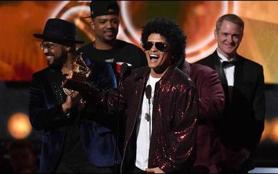 Acusan a Bruno Mars de apropiación cultural, pero las celebridades negras lo defienden