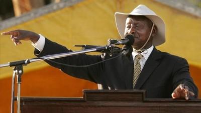 Presidente de Uganda quiere prohibir sexo oral porque dice que la boca es para comer