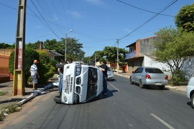 Minibús vuelca en Fernando de la Mora
