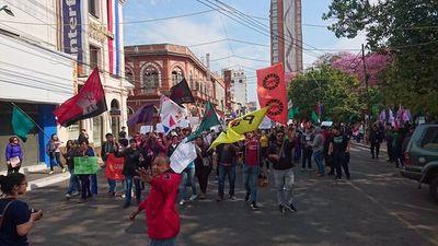 Marchan tras denunciar encierro en la plaza Uruguaya