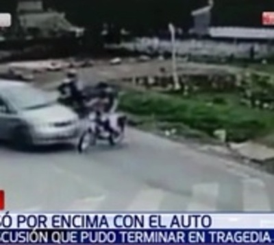 Arrolló a motociclista en medio de discusión y lo salvó la cuneta