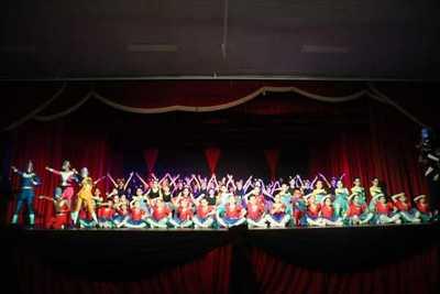 Unos 200 bailarines se lucen con gala artística